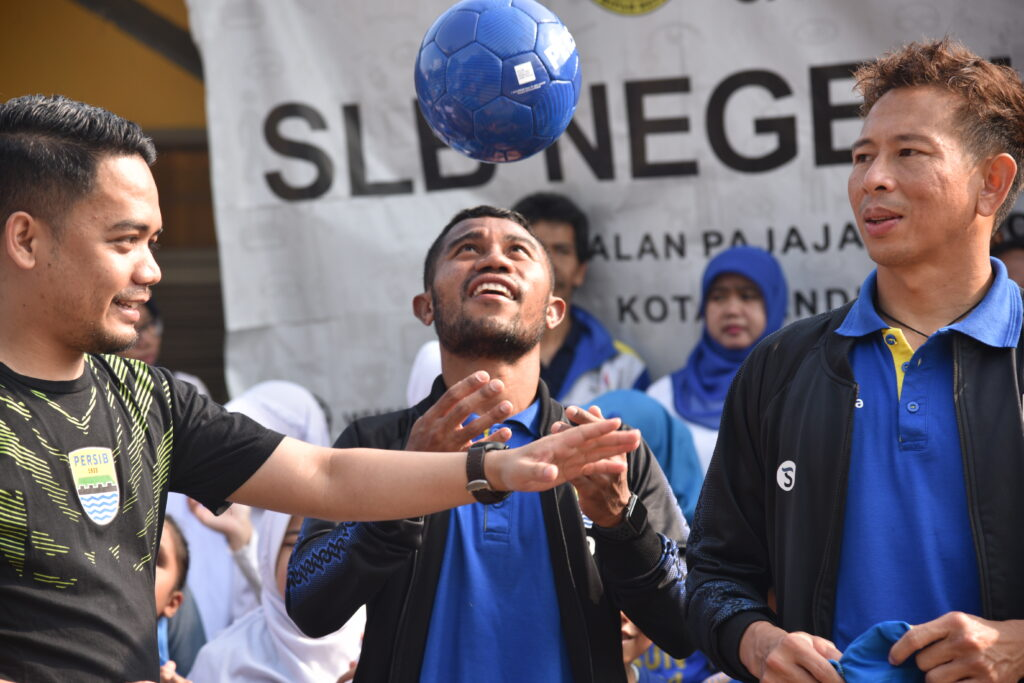 Rijki Kurniawan and PERSIB players at club on-ground activation (Football For All).